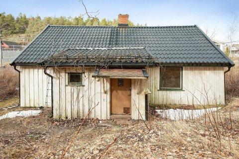 UBEBOELIG: Kostnader for å tilbakestille boligen til en standard som er påkrevet er høyere enn kostnaden tilsvarende riving og bygging av eventuell ny bolig, skrives det i salgsannonsen.
