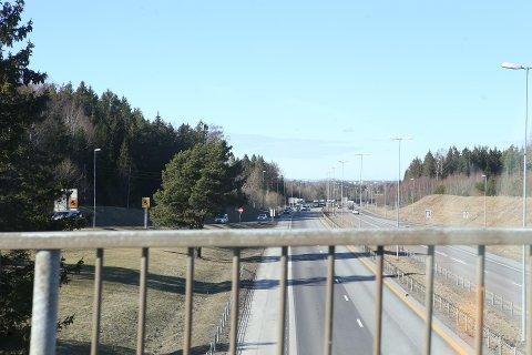 E& STENGT: Veien er stengt etter trafikkulykken.