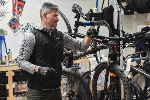 PÅ VERKSTED: Simen Nieuwlaat hos Sport 1 på Rygge Storsenter forteller om sesongens sykkeltrender.
