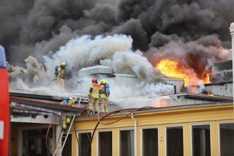 BRANN: Brannvesenet jobber med å få kontroll på brannen som er i ventilasjonsanlegget på skolen.