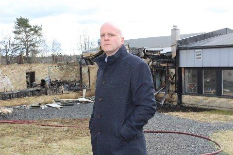 TØFF START: Jørgen Smørdal er nytilsatt rektor på Våler ungdomsskole, som nå er totalskadet i brann.
