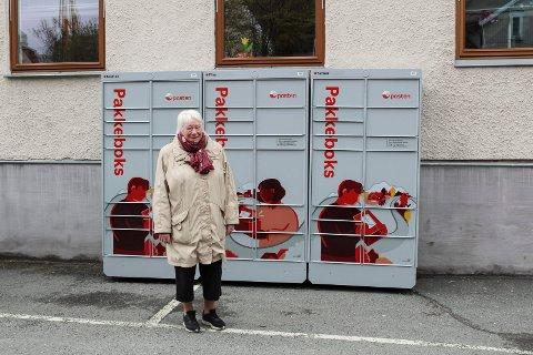 PRAKTISK: Liv Helga Rånman Mørk er veldig fornøyd med pakkeboksen ved Moss jernbanestasjon. Hun ønsker å kunne hente flere pakker der i stedet for på postkontoret.
