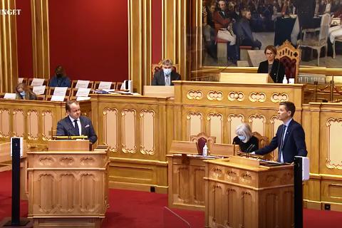 STORTINGETS SPØRRETIME ONSDAG: Erlend Wiborg (Frp, til venstre) ertet på seg statsråd Knut Arild Hareide (KrF). Skjermdump fra Stortingets tv.
