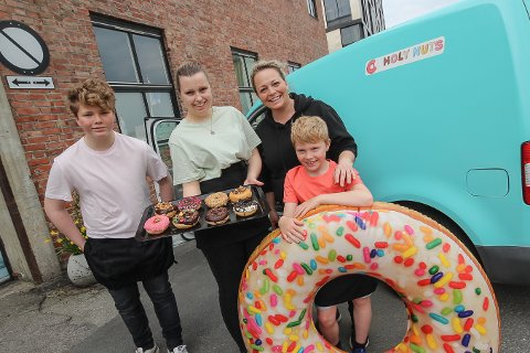 SØTT OG GODT: Hele storfamilien Holm er engasjert i donuts-eventyret i Moss.  På bildet er fra venstre Sander (13), Anna (18), Renate (41) og Tobias (9).