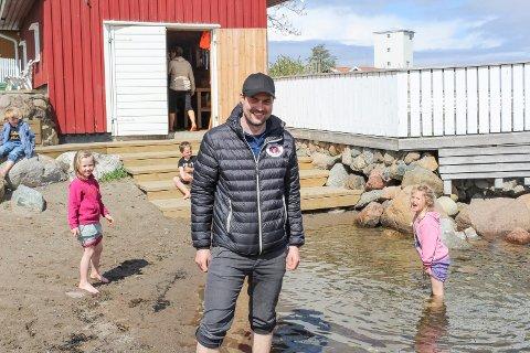 NYTT TILBUD: Styrer Øystein Brogård forteller at 5-åringene i Tronvik gårdsbarnehage snart skal få svømmeopplæring her ved båthuset ved Tronvikstranda.