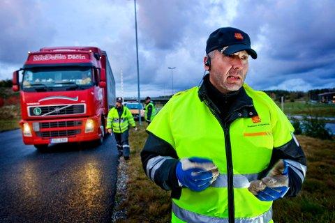 LIVSFARLIG: Fagsjef Øyvind Grotterød i Statens vegvesen liker svært dårlig at yrkessjåfører pynter opp frontruta med gjenstander. – Det handler om trafikksikkerheten, sier han, til SA.