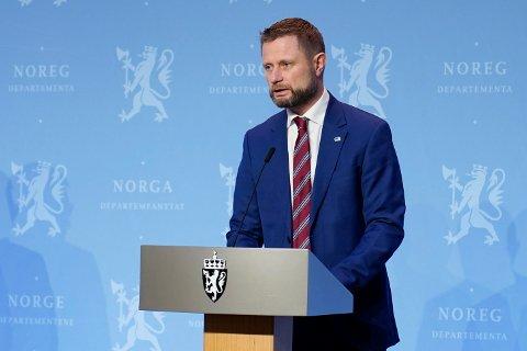Fra og med torsdag 24. juni vil Norge bli en del av EUs løsning for koronasertifikater, sier helse- og omsorgsminister Bent Høie. Samtidig advarer han at Delta-varianten av koronaviruset kan bli den dominerende i landet i løpet av juli.