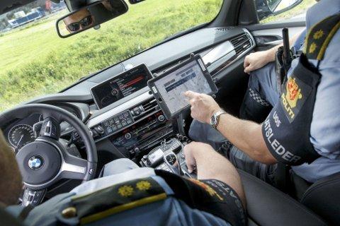 Politiet har i mange år kunnet måle gjennomsnittsfarten på forankjørende biler. Nå kan de også få et kamera som måler hastigheten på biler som kommer i motgående kjørebane.