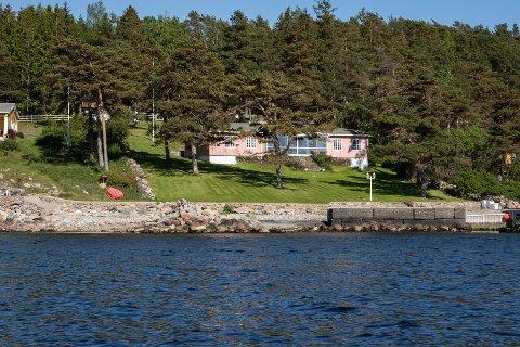 SAMMENRAST: Steinmoloen i Årefjorden har rast så mye ut at den knapt nok synes.