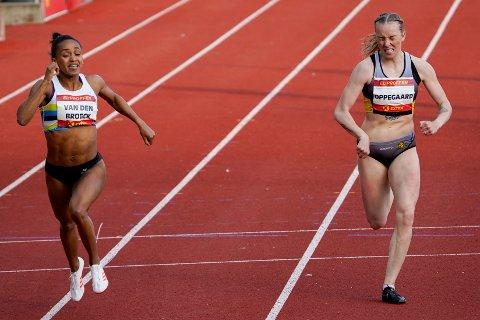LØP: Naomi van den Broeck (t.v) og Linn Oppegaard i aksjon på 400 meter for kvinner under Bislett Night of Highlights på Bislett stadion i Oslo fredag kveld. – Jeg åpnet kanskje litt for hardt og merket syra de siste 100 meterne, sier Oppegaard.