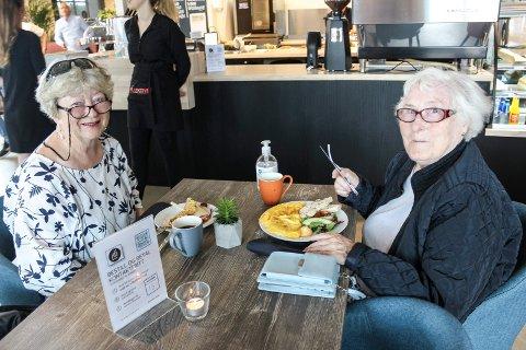 PÅ KAFÉ: Aina Karlstad (73) og Eva Rise (85) synes det er flott at Moss kommune har fått penger til middag på restaurant for 100 hjemmeboende eldre.  Her er de på bytur og spiser lunsj sammen på Kollektivet på Verket.