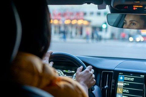 IRRITERT: Kvinner irriterer seg mer i trafikken enn menn.
