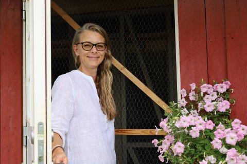 VELKOMMEN: Christel Flagestad driver og eier Engene gård i Vestby. Der driver hun blant annet katte- og hundepensjonat. Her ønsker hun Vestby Avis velkommen til kattepensjonatet.