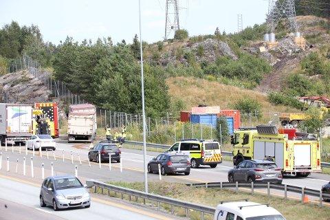 STENGT: Ett felt måtte stenge da en lastebil kjørte inn i en putebil på E6 mandag formiddag.