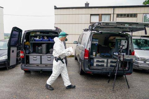 Krimteknikere fra politiet jobber på stedet etter et mistenkelige dødsfall. Foto: Torstein Bøe / NT