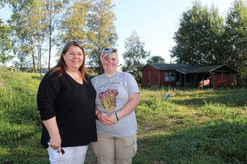 BOLIGDRØM: Mette Figge og datteren Birgitte (20), som drømmer om sin egen bolig her, på denne tomten ved Ekholt helse- og omsorgssenter.
