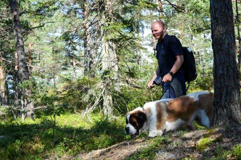 HAR DET HELT TOPP: Vålers ordfører Reidar Kaabbel – her på tur med hunden Rugga i 2016 – forteller at årets valgresultat er noe han har drømt om helt siden han gikk inn i politikken som 14-åring.