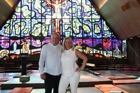 BEDRE LIV: Kapellan Pål Wirkola og kona Monica Green Wirkola innbyr til avspenning, meditasjon og bønn i Jeløy kirke på tirsdager.