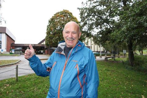 FORNØYD: Anders Thorheim (70) trener ute i Nesparken i all slags vær i regi av Frisklivssentralen. Han har stort utbytte av treningen og gir tommel opp.
