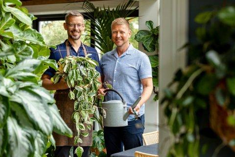PLANTEPAR: Anders Røyneberg og Erik Schjerven flyttet fra leilighet i Oslo til småbruk på Brandbu for å få plass til sin store planteinteresse.