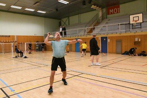 TILBAKE I GAMET: Hjerteoperasjonen i april og påfølgende komplikasjoner satte Geir Olsen ute av spill over en lengre periode. Badmintonveteranen fra Kolvereid har imidlertid hele vegen vært fast bestemt på å trene seg tilbake i form. Nå venter endelig turneringsdeltakelse igjen. Her i aksjon under Høstrosa i Nærøyhallen i oktober i fjor.