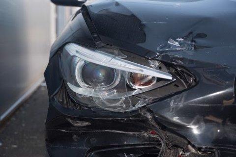 ØKNING: Hittil i år har antall skademeldinger etter trafikkuhell økt med rundt 4.000. En av årsakene til økninga er at mange bruker mobiltelefon når de kjører.