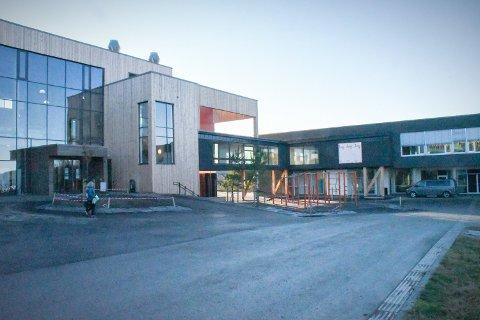 MANGLER BRANNSIKRINGSDOKUMENTASJON: Den nye skolen på Kolvereid ble tatt i bruk i høst. Nærøysund kommune har gitt midlertidig brukstillatelse, men det mangler dokumentasjon på brannsikring som følge av en pengekrangel mellom underleverandører.