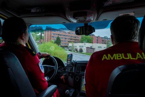 Noe det ofte ikke tas hensyn til er at når ambulansearbeiderne har hatt en tur til sykehus, som for øvrig kan ta opp mot tre - fem timer avhengig av oppdragets art og hentepunkt, og kommet tilbake så er det ikke bare og skru av knappen og legge seg igjen. De er mennesker, ikke motorer, skriver kronikkforfatterne.