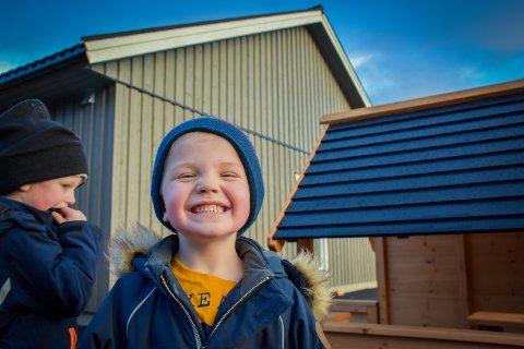 FINT: Erik Johnsen Valø (5) var spent før han fikk ta turen inn i den nye barnehagen for første gang tirsdag. Svaret på hvordan det så ut var kort og kontant: «fint».