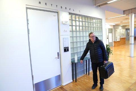 Fengslingsmøte: Forsvarer Rolf Christensen på veg inn til fengslingsmøtet etter voldssak i Namsos.