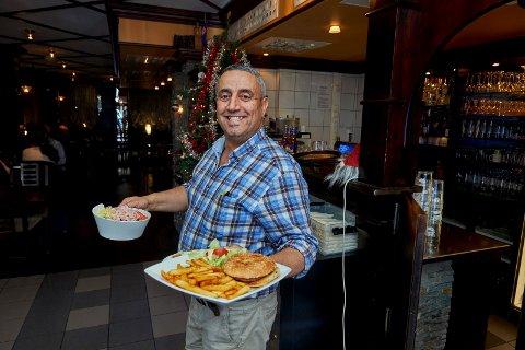 GRUNN TIL Å SMILE: Driver av Viva Napoli i Namsos, Zeki Karadag, solgte mat for nesten ti millioner kroner i 2020 – og hadde et resultat før skatt på en snau million – noe som er mer enn fire ganger mer enn 2019.