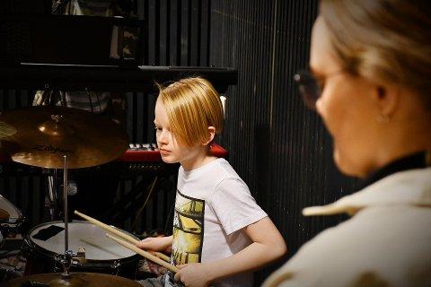 TROMMISEN BESTEMMER: Olav Avelsgaard (10) er minstemann i bandet Elektrosjokk. – Fredrik sier at det er trommisen som er sjefen i et band - og det er meg.