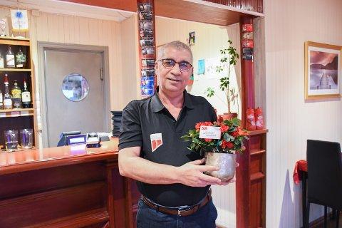 UKAS BLOMST: Mustafa Guven ble glad da han fikk Ukas blomst av NA. Han nektet imidlertid å la seg intervjue før han fikk servere journalisten mat.