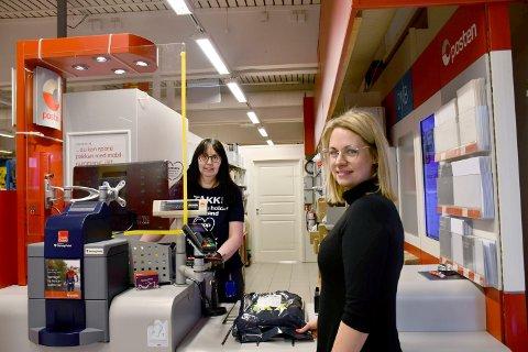 VOLDSOM VEKST: Tall fra Posten viser at netthandelen har økt med 55 prosent i Namdalen det siste halvåret. Gro Anita Langvik (til venstre) ekspederer Jannicke Gjendem på Kolvereid