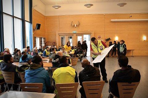 DELT INN I FIRE GRUPPER: De mer enn 60 frivillige ble delt inn i grupper med hvert sitt geografiske ansvarsområde. Røde Kors gikk igjennom søkeområdet med hver enkelt gruppe.