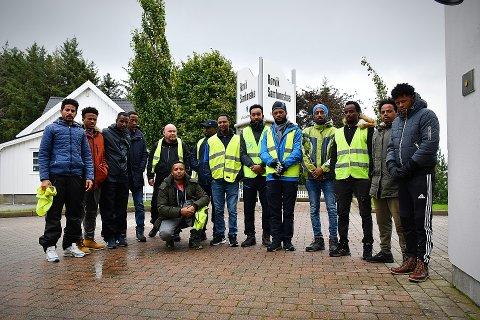 MANNTALL: Over 60 frivillige, mange av dem nyankomne innvandrere i miljøet rundt den savnede, deltok i letinga etter Amanuel Tewelde Tela søndag.