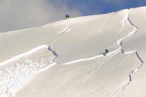 IKKE LEK MED LIVET: Det er til dels veldig stor snøskredfare mange steder i Namdalen nå inn mot vinterferien. Og slår værmeldingene til med snø og regn til uka vil det bli enda verre. Oppfordringen fra røde Kors er i alle fall krystallklar. – Hold dere unna skråninger som er mer enn 30 grader og styr klar av utløpssoner for snøras.