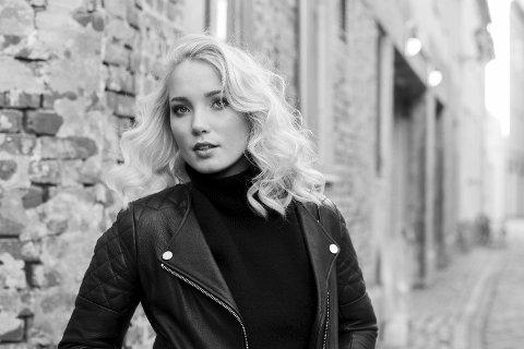 PÅ TV: Maren Emilie Kløven Lein fra Flatanger er med i årets sesong av «The Voice» på TV2.