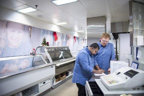 SATSET SAMMEN: Kokkene Kumudu Strømhylden og Benjamin Grimm satset til sammen 600.000 kroner når de åpnet Delicatessen AS på Amfi Namsos i februar 2019. Nå stenger de dørene for ferskvaredisken.