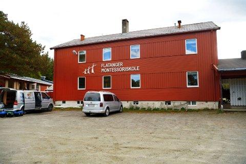 SELGES: Bygningene som tidligere huset Flatanger montessoriskole blir etter alt å dømme lagt ut for salg. Totalt er det snakk om et areal på 1.210 kvadratmeter i de tre bygningene.