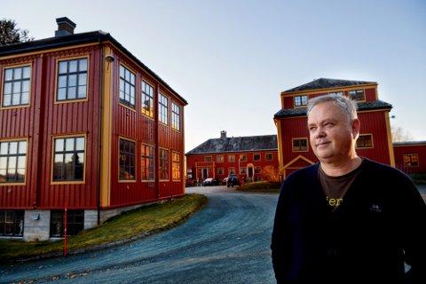 STARTER SOM NORMALT: Rektor ved Namdals folkehøgskole, Bjørn Olav Nicolaisen, kan berolige alle blivende elever at skolen starter som normalt neste uke. Smitteutbruddet i forbindelse med et kurs ved skolen har man kontroll på.