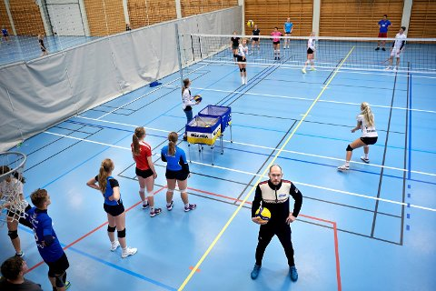 FORSTÅR SPILLERNE: Lærer og volleyballtrener Morten Fjerstad ser at konkurranseutøverne sliter mest med å holde motivasjonen på samme høye nivå som tidligere. Han mener det er naturlig som en konsekvens av ett år med koronarestriksjoner og manglende konkurransetilbud.