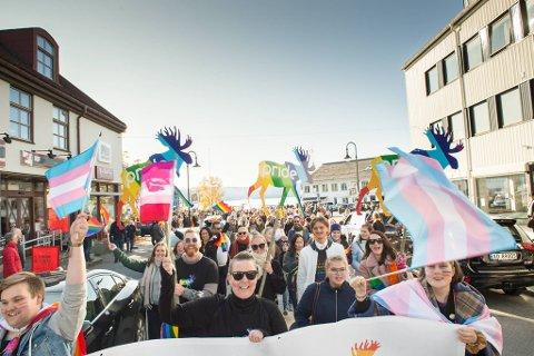 DET BLIR PARADE: Paraden under Namdalspride i 2019 fikk en enorm opplutning. I fjor ble paraden koronaavlyst, og det ble den også i år. Men etter at Norge ble gjenåpnet forrige uke ble det endringer i planene. Dermed blir det igjen folkefest i Namsos gater i helga.