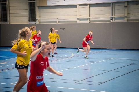 PÅ SAMME LAG: Her jubler Rørvik for scoring mot Kolvereid i en kamp mellom lagene i 2019. Nå har klubbene startet et treningssamarbeid, som skal sikre at jentene får et treningstilbud også når det er få spillere i hver klubb.