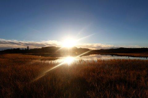 PENT HELEVÆR: Statsmeteorolog Steinar Skare forteller til NA at helgen vil være preget av klarvær og solglimt, samt stigende temperaturer på søndag.