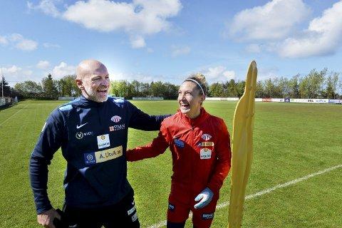 TIL SEMIFINALE: Avaldsnes-Trener Thomas Sandø Dahle kunne glede seg over tre viktige poeng etter lørdagens seier mot Klepp i Toppserien. Her med Avaldsnes-spiller Robyn Decker.