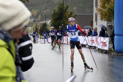 TETT KAMP: Drøyt tre sekunder skilte første- og tiendeplassen i herreklassen helgas Hommelvik Grand Prix, som ble vunnet av Johannes Høsflot Klæbo. Ole Jørgen Bruvoll fra Lierne ble nummer seks.