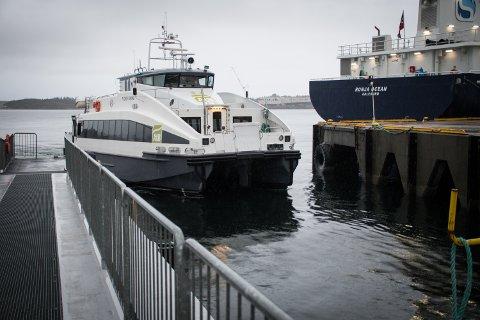 IKKE DÅRLIG: Geir Olsen påpeker at han ikke mener båten er dårlig, men at problemet er at den ikke er tilpasset ruta den går i.