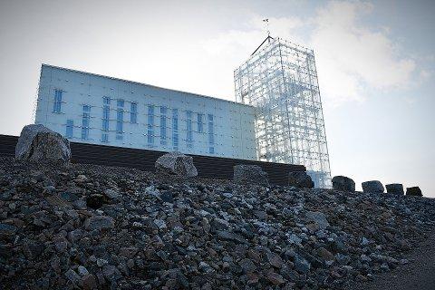 ADKOMSTVEGEN: Steinmasser preger adkomstvegen til Rørvik kirke. Foreløpig er lite gjort med uteområdene, men til våren starter arbeidene.