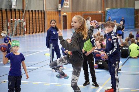 HÅNDBALLSKOLE: Tradisjonen tro blir det håndballskole i Namsoshallen i høstferien.